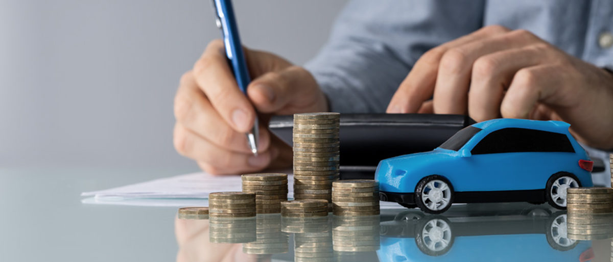 Blue Toy Car In Front Of Businessman Calculating Loan Schlagwort(e): tax, money, save, coins, expense, finance, car, insurance, bill, loan, writing, cost, documents, calculation, businessman, toy, accountant, check, budget, service